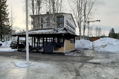 Pyöräkatos sytytettiin tuleen Rovaniemen Viirinkankaalla, samana yönä paloi myös roskakatos lähes samaan aikaan – poliisi kaipaa yhä vihjeitä tuhopolttovyyhdistä