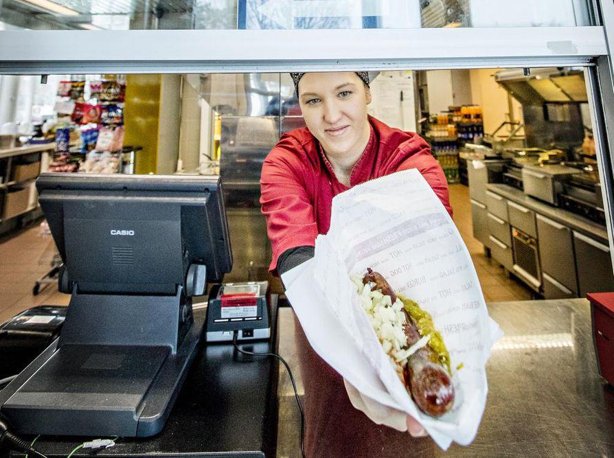 Kärkkäri tarjotaan oikeaoppisesti sinapin ja sipulin kanssa. Ketsuppi ei kuulu kärkkärin kylkeen. Kuvassa kärkkäriä tarjoilee Höyhtyän grillin myyjä Saana Murto.