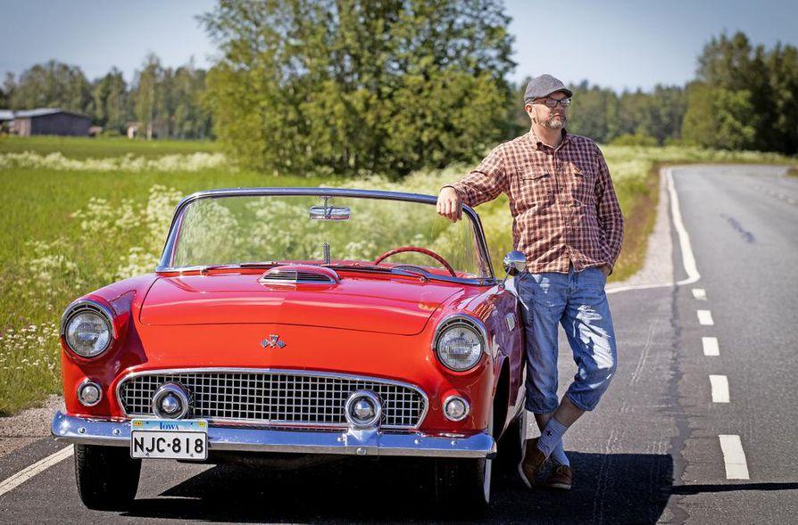 Auto kuin karamelli. 50-luvun muotoilu ja väri ovat osittain syynä Tenho Riiskin Thunderbird-rakkauteen. Tällaista autoa Suomessa näkee harvoin.
