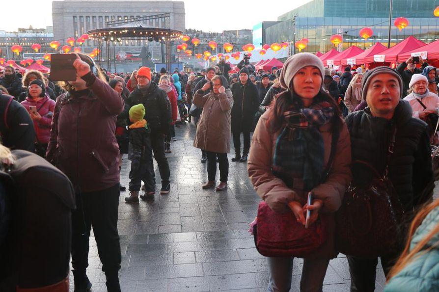 Kiinalaiset Ella Jackson ja Joe Pang seurasivat Helsingissä kiinalaista uudenvuodenjuhlaa, joka järjestettiin Kansalaistorilla eduskuntatalon liepeillä. Etelä-Kiinassa Shenzhenissä asuva Pang sanoo, että hänen kotikaupungissaan pelko koronaviruksesta on vähäinen, koska kaupunki sijaitsee kaukana viruksen alkulähteiltä Wuhanista.
