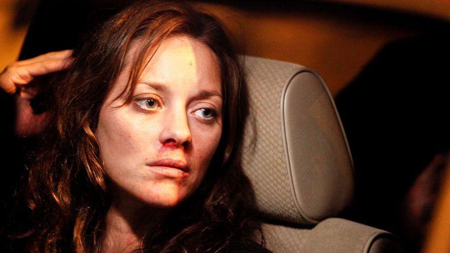 Marion Cotillard on Stéphanie, tappajavalaita kouluttava nainen, joka joutui onnettomuuteen. Elämänlangaksi tulee portsari Ali.