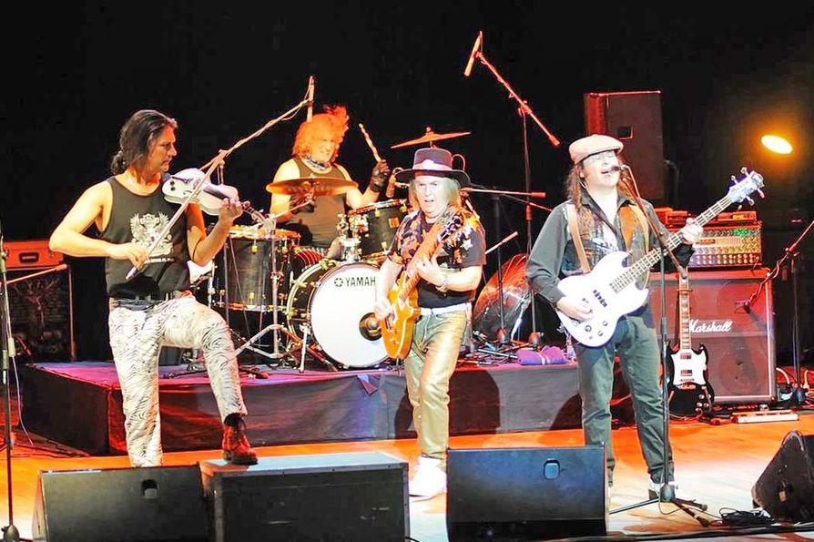 Slade on keikkaillut 1970-luvulta lähtien, välillä Slade II:na, mutta nyttemmin taas pelkkänä Sladena. Alkuperäisisestä kokoonpanosta mukana ovat kitaristi Dave Hill ja rumpali Don Powell.
