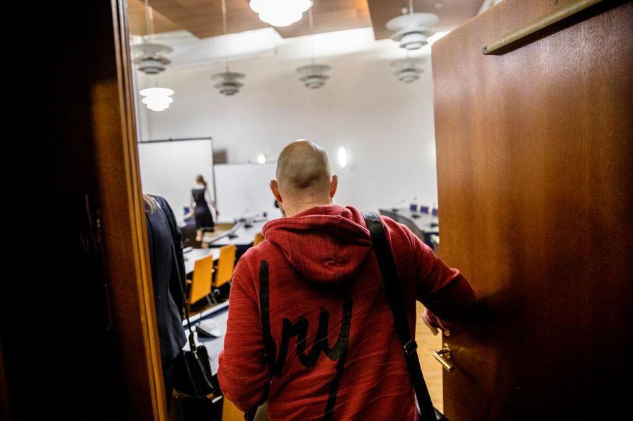 Sipulikanavan perustanut Kim Holviala saapui vapaalta jalalta tammikuussa 2019 vastaamaan syytteeseen törkeästä huumausainerikoksesta. Häntä ei myöskään välittömästi vangita käräjäoikeuden tuomion vuoksi.