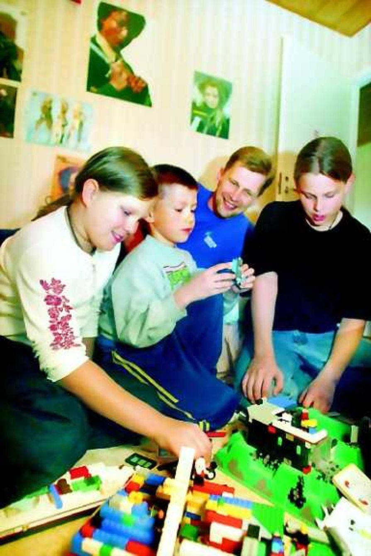 Yhteistyössä.  Sakarin (keskellä) huoneeseen kokoontuivat siivoamaan Auri, Jaakko ja Eero-isä, mutta leikiksi meni. Äidin luona lapset jakavat yhteisen huoneen, isän luona jokaisella on oma kamari.