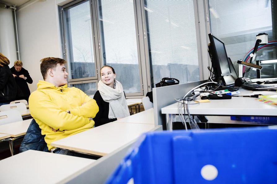 Abiturientit Eetu Äyräs ja Iisa Mustonen suorittavat Valmennuskeskuksen pitkän matematiikan kurssia Helsingissä. Mustonen osallistuu myös kauppakorkean valmennuskurssille myöhemmin keväällä.