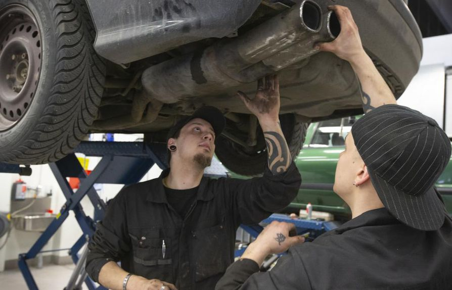 OSAO:sta valmistuu vuosittain toistasataa autonasentajaa. Mikko Laurilalla (vas.) ja Nico Sillankorvalla valmistuminen on parin vuoden päässä. Molemmat uskovat, että töitä löytyy.