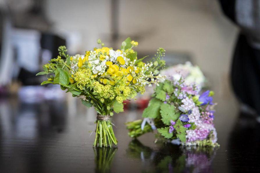 Valkeamäen omassa suosikkikimpussa on muun muassa niittyleinikkiä, nuppuista pietaryrttiä, pienoisia poimulehden kukkia, siankärsämöä, tataria, taskuruohoa ja keltaista virnaa. Taustalla näkyvässä sinertävässä kimpussa on esimerkiksi kaikkein pienimpiä kissankellon kukintoja.