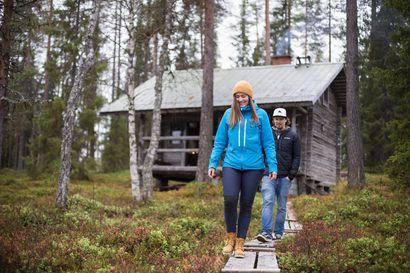 """""""Hiljaisuuden keskellä tajuaa, kuinka äänekäs jääkaappi on"""" – Liisa ja Taneli ostivat mökin ilman sähköjä ja juoksevaa vettä, koska halusivat irtautua hetkeksi yhteiskunnasta"""