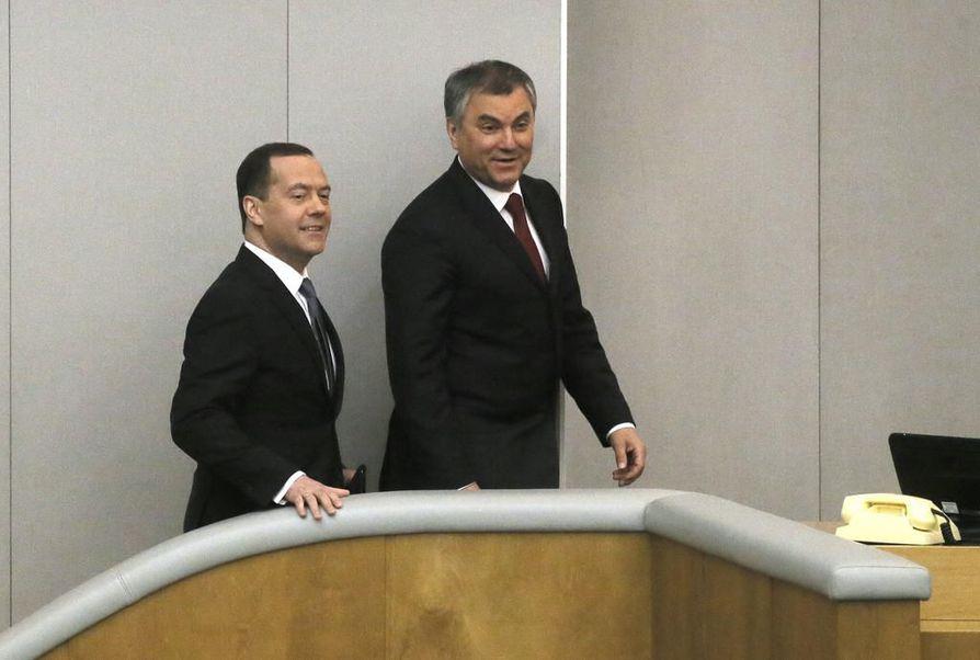 Venäjän duuman puhemies Vjatsheslav Volodin (oik.) on yleensä tiukasti maan hallituksen linjoilla. Loppuviikosta hän isännöi parlamentissa pääministeri Dmitri Medvedeviä.