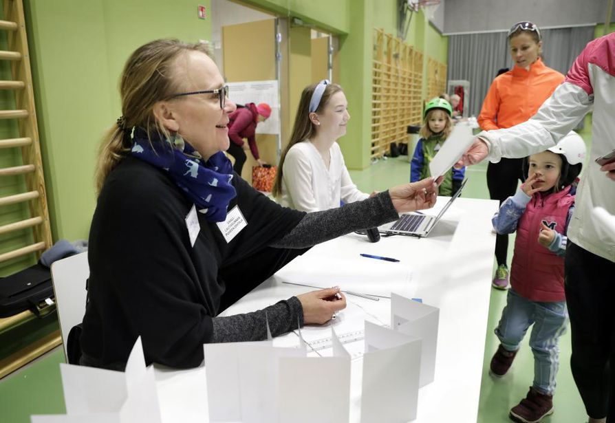 Kastellin monitoimitalolla äänestettiin innokkaasti sunnuntaina alkuillasta.