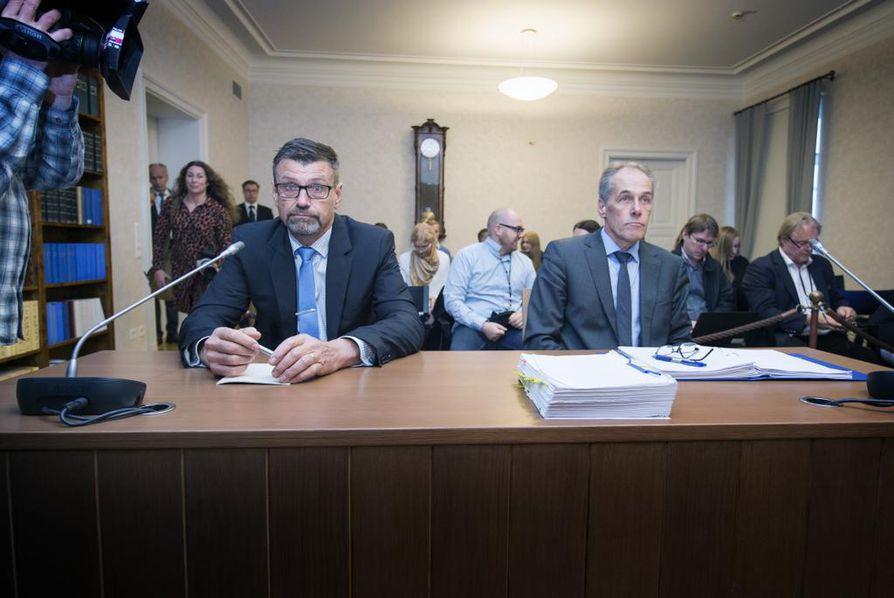 Valtakunnansyyttäjä Matti Nissinen (vas.) oli Korkeimmassa oikeudessa keskiviikkona vastaamassa virkarikossyytteisiin. Häntä avusti puolustusasianajajana Jarkko Jaatela.