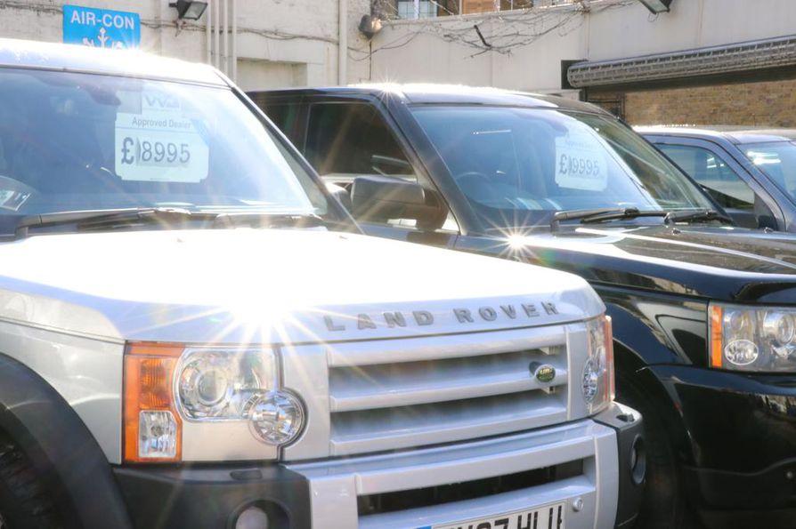 Brittiläisiä myynnissä olevia maastureita lontoolaisen autoliikkeen pihassa maanantaina.
