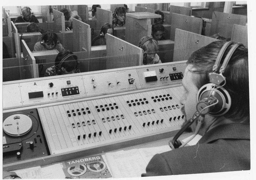 Oulun kauppaoppilaitokseen uudenaikainen kielistudio saatiin 1970-luvun alussa, jolloin kielistudioita ryhdyttiin rakentamaan liki jokaiseen kouluun.