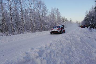Jos auto juuttuu lumihankeen, ei nostoapuja ole lähellä – Kaikki huippukuljettajat mukana Arctic Rally Finlandissa