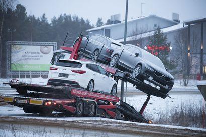 Raskas liikenne on ollut vaikeuksissa erityisesti Lapissa – talvinen vesisade sai asfalttitiet paikoin peilijäälle