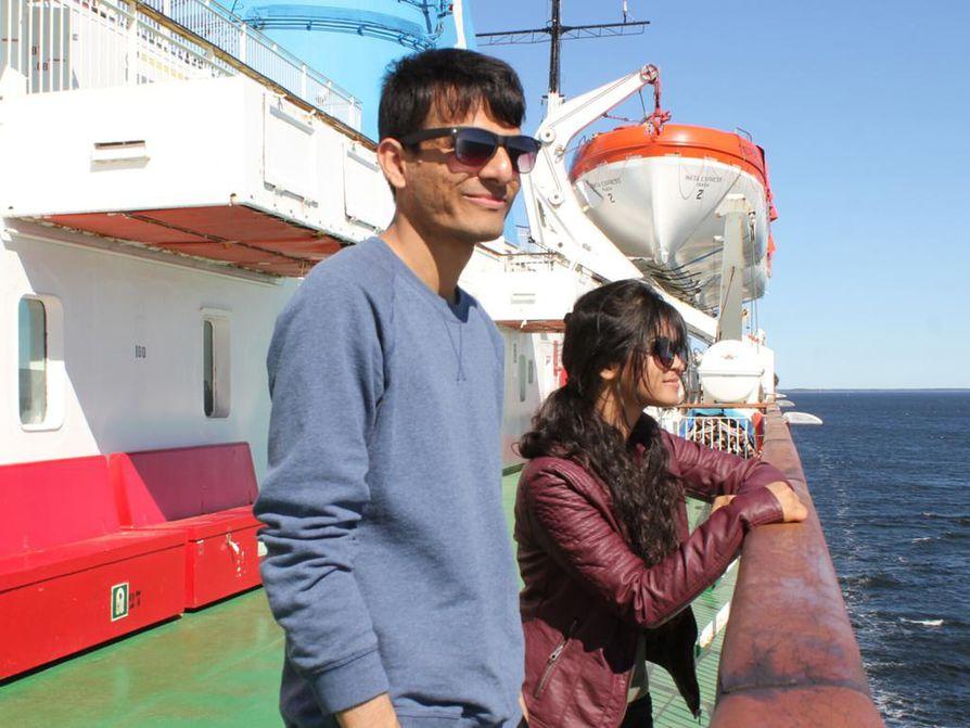 Bangladeshilaiset Abdulla Heal Masud ja Rokeya Akter opiskelevat Vaasan yliopistossa. He kuvailevat Vaasaa rauhalliseksi ja mukavaksi kaupungiksi. Kaksikko lähti päiväristeilylle Uumajaan ihailemaan merimaisemia.