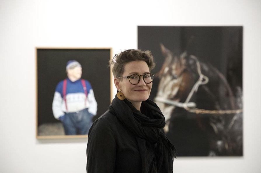 Valokuvataiteilija Kati Leinonen kokee, että hevosen seurassa olo on kokonaisvaltainen visuaalinen elämys. Leinosen näyttely Äimärautio on esillä Oulun taidemuseossa syyskuun 8. saakka.