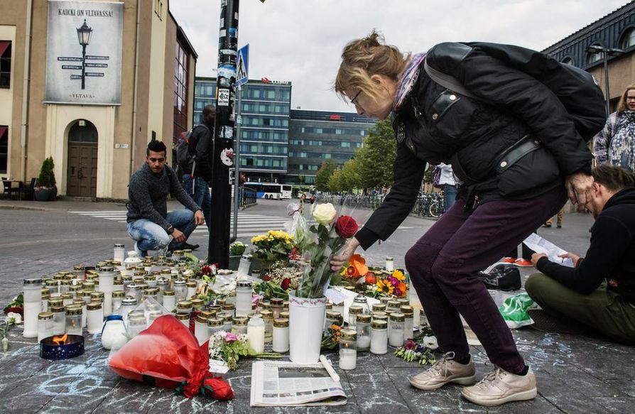 Äärioikeiston väkivalta kohahdutti Suomessa syksyllä 2016, kun uusnatsistisen Suomen vastarintaliikkeen aktiivi Jesse Torniainen potkaisi hengenvaarallisesti natseja arvostellutta nuorukaista Helsingin asema-aukiolla. Potkun saanut menehtyi myöhemmin saamiinsa vammoihin.