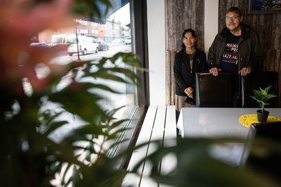 """Thaimaalainen ravintola Kitkantielle – Yrittäjäpari tykästyi Kuusamoon, muutti Äänekoskelta ja vuokrasi tilan: """"Meillä on kolme periaatetta: hyvä ruoka, ystävällinen palvelu ja hyvä hygieniataso"""""""