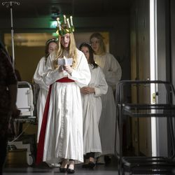 Kauniit Lucia-kulkueen neidot tekivät vaikutuksen – sivustakatsojasta tämän perinteen soisi laajenevan muuallekin