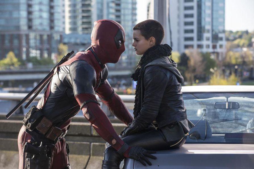 Ryan Reynolds on ylimielinen ja rahvaanomainen palkkasoturi, Brianna Hildebrand on Deadpool -elokuvassa Negasonic Teenage Warhead.