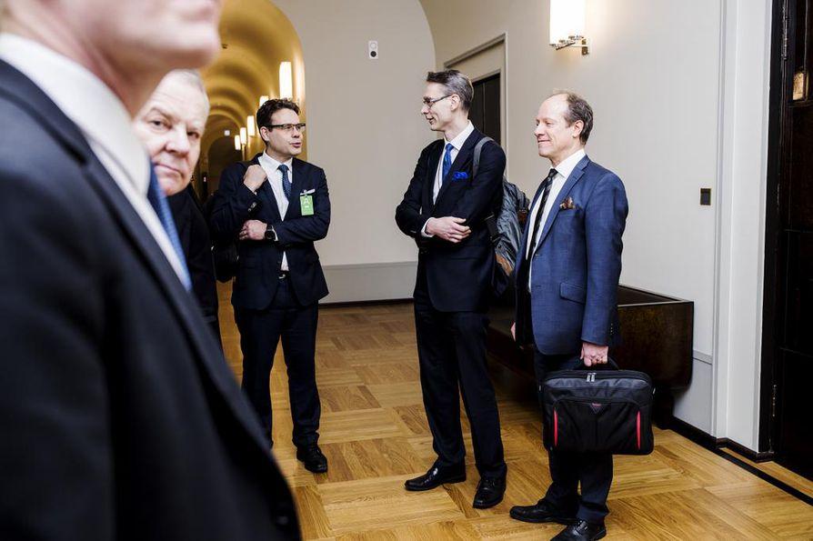 Valiokuntaneuvos Ossi Lantto (vas.), professori Juha Lavapuro, oikeuskansleri Tuomas Pöysti ja oikeusasiamies Petri Jääskeläinen (oik.) odottivat pääsyä perustuslakivaliokunnan kokoukseen keskiviikkona.