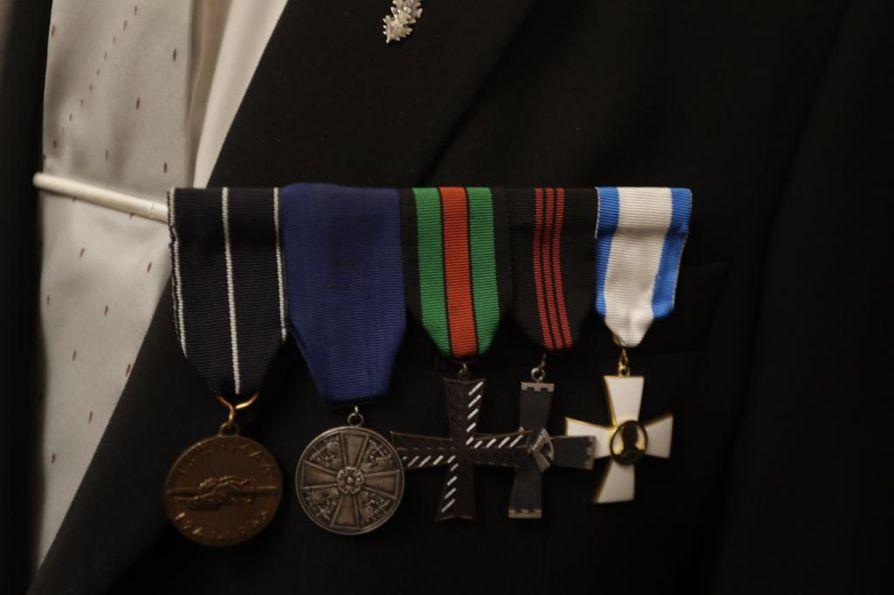 Rinnassaan Eino Anttila kantaa kunniamerkkejä muun muassa jokaisesta rintamalohkosta, joilla hän on taistellut.