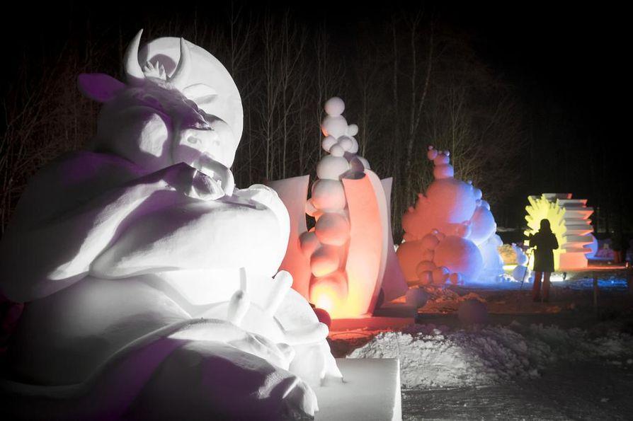 Nallikarin lumiveistokset valaistiin lauantai-iltana.
