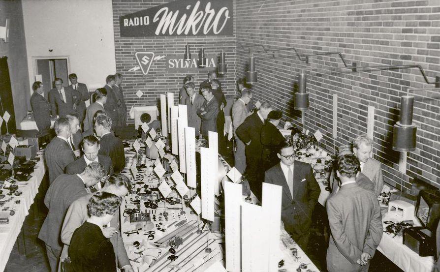 Radio-Mikron erikoisnäyttely Insinööritalossa Helsingissä lokakuussa 1955 oli tarkoitettu eri alojen liikemiehille sekä alasta kiinnostuneille.