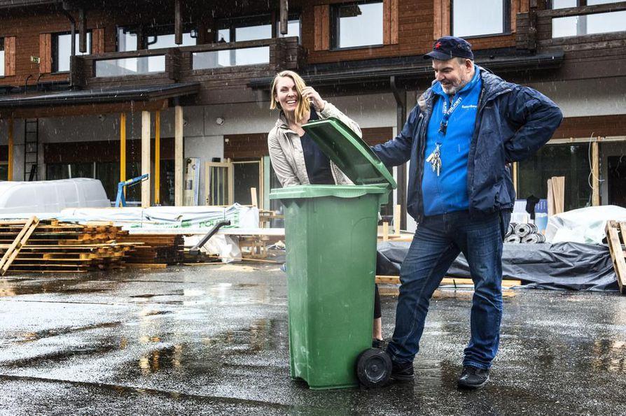 """Rukapalveluiden uusi huoneistohotelli valmistuu Rukakirnuun, kaupan tiloihin. Aino ja Jokke Kämäräinen ehdottavat ratkaisua matkailijoiden huoleen. Nämä kun yllättyvät, etteivät voi lajitella roskiaan: """"Asia kuntoon yhteistyöllä""""."""