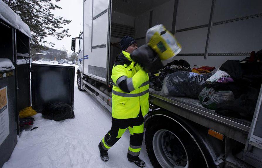 """""""Kaikki eivät sulje pusseja tai sitten laittavat tavarat keräyslaatikkoon pakkaamatta. Se hieman hidastaa tätä hommaa, kun  tavaroita joutuu keräilemään"""", Haverinen Oy:n kuljettaja Joonas Jokikokko sanoo Oulunsalon Kapteenin astioiden luona."""