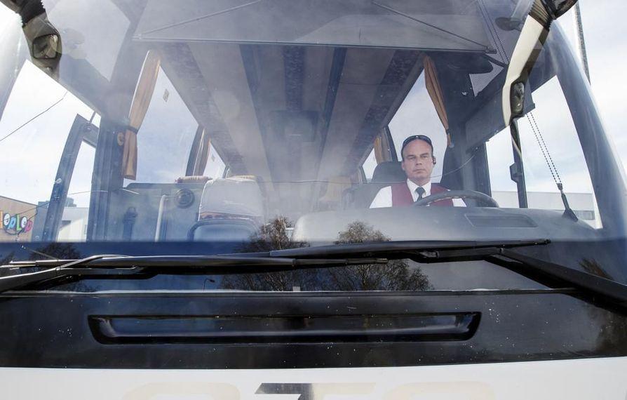 """Jorma Ollila näkee autonsa ikkunasta ihmisten keskittyvän nykyään muuhun kuin ajamiseen ja liikenteen seuraamiseen. """"Siellä meikataan, räplätään puhelimia ja syödään eväitä."""""""