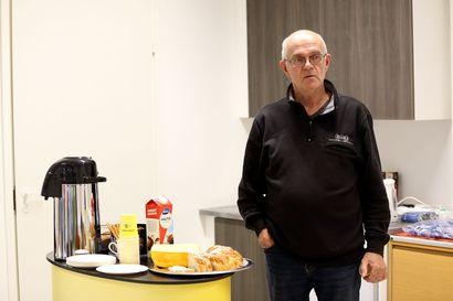 Tarjolla kahvia ja politiikkaa: Pyhäjoen Monelassa startattiin kohti kevään kuntavaaleja