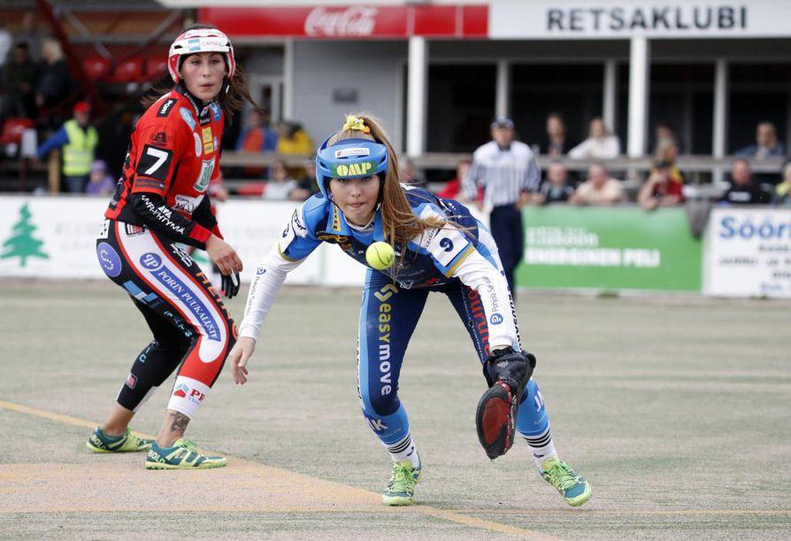 Porin Pesäkarhujen Kaisa-Maija Rosvall ja Kempeleen Kirin Hanna Lammela pelin tiimellyksessä. Pori vei voiton Kempeleestä 2-0.