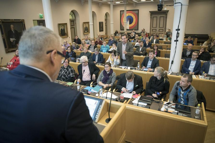 Oulun kaupungin talousjohtaja Jukka Weisell (vas.) sanoo, että Oululle on ennakoitavissa murheellinen tilinpäätös tälle vuodelle.