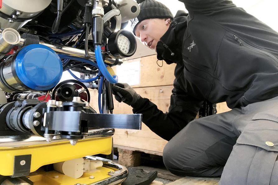"""Tutkimusalueella pohjoisnavalla pakkasen oletetaan kiristyvän –45 asteeseen. """"Vähän jännittää, miten laitteisto toimii sellaisella säällä"""", tutkija Ilkka Matero sanoo."""