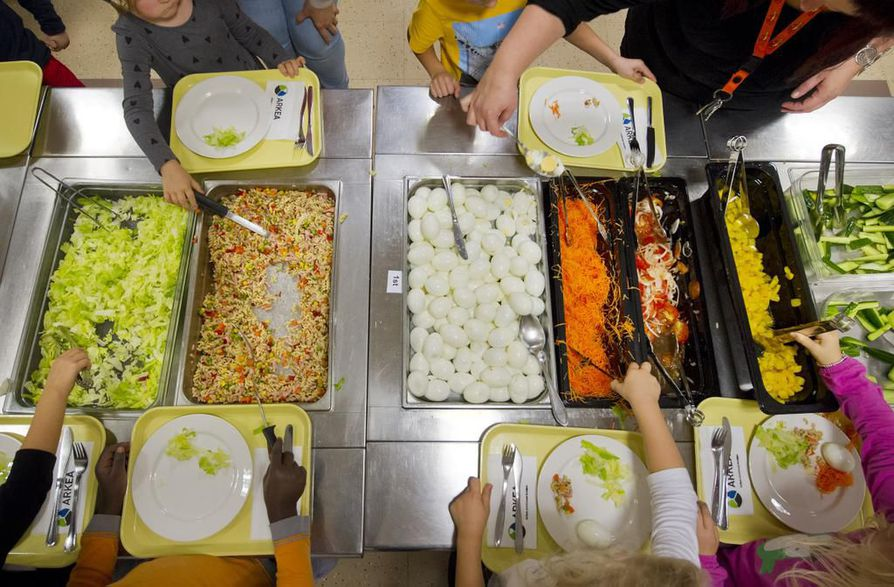Kouluissa tarjottavan ruuan hinta uhkaa nousta maakuntauudistuksen myötä. Arkistokuva.