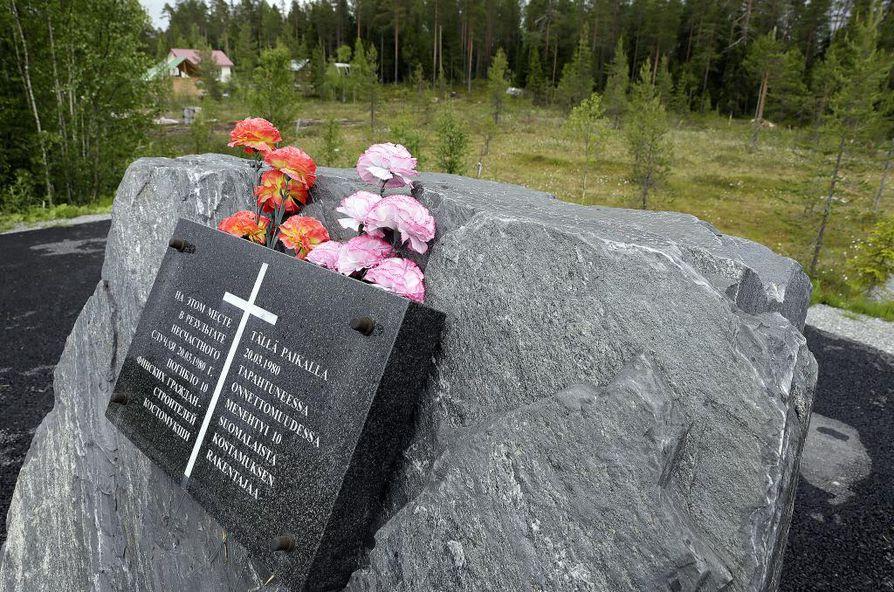 Maaliskuussa 1980 sattui yksi aikansa vakavimmista liikenneonnettomuuksista, kun kymmenen suomalaista työntekijää kuoli bussiturmassa. Kolari sai muistokiven vuonna 2006.