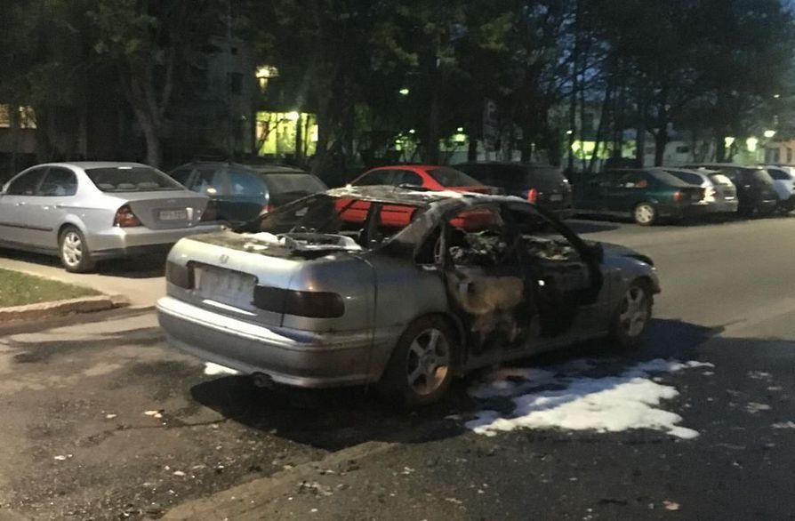 Valopylvääseen Nokelassa törmännyt auto löytyi Höyhtyältä palavana.