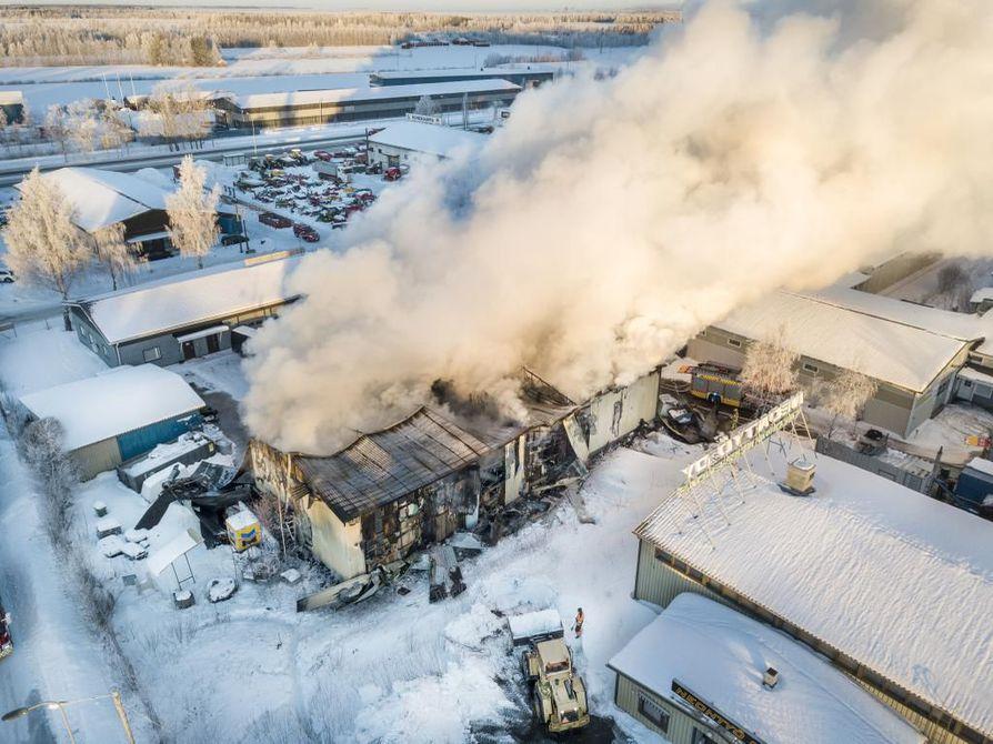Kempeleen Hakamaan teollisuusalueella on varhaisesta aamusta asti palanut rajusti noin 400-neliöinen teollisuushalli. Rakennus tulee tuhoutumaan kokonaan.