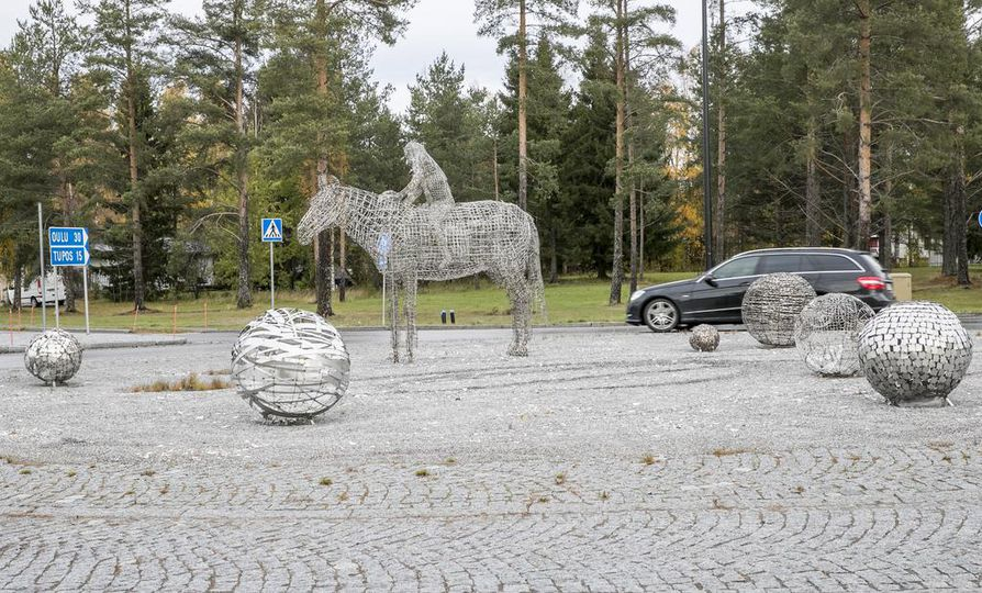 Pia Hentusen kiitelty taideteos Arjen helmiä sijaitsee Tyrnävän keskustassa.