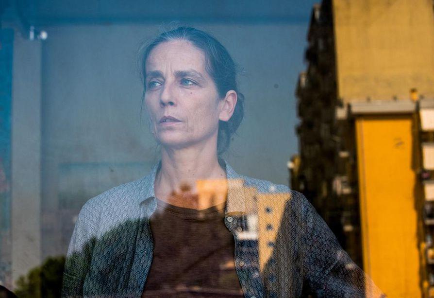 Raffaella Giordano on periaatteen nainen Giovanna Tunkeutuja-elokuvassa. Hän suojelee murhamiehen perhettä Napolissa Italiassa.