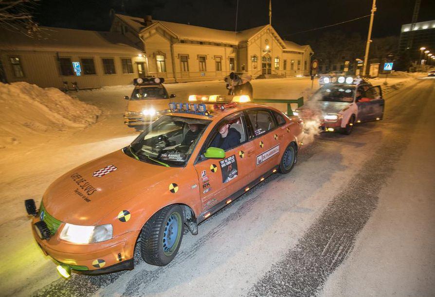 Jesper Van Dijk ajoi oranssia Passatia ja kertoi, että Barrel Team Zwartsluisin porukan järjettömän tuntuisen pitkän reissun tarkoitus on hauskuus.