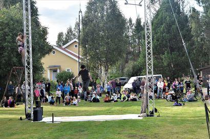 Viides Taiteiden yö levittäytyy Kuusamon keskustaan elokuussa – Luvassa on osallistavia taidepajoja ja livemusiikkia, tapahtumallaan ehtii vielä osallistua