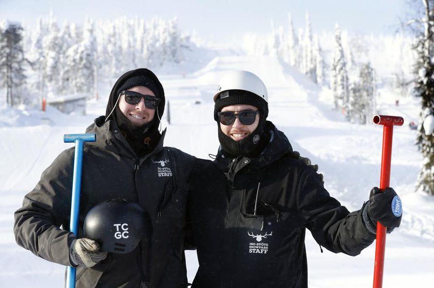 Matt Slocombe ja Dylan Sutton kunnostavat Syötteen snowparkia tarvittaessa myös käsipelillä.
