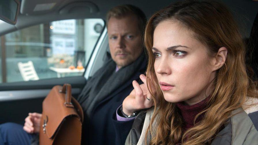 Annika (Pihla Viitala) haluaa pelkkää seksiä, ilman tunteita Kuudes kerta -elokuvassa. Rickylle (Antti Luusuanniemi) tämä sopii.