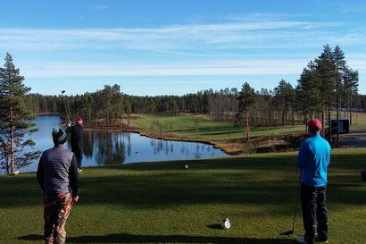 Käsikopelolla pilkkopimeässä viimeiselle reiälle – golfkausi Kuusamossa on päättymässä