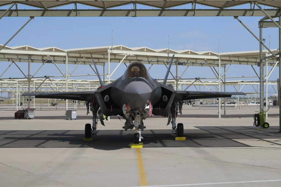 """56. hävittäjälentolaivueen missio on vaatimattomasti """"Koulutamme maailman parhaat F-35 sekä F-16 -lentäjät"""". Ensimmäinen F-35 saapui Luken tukikohtaan vuonna 2014."""