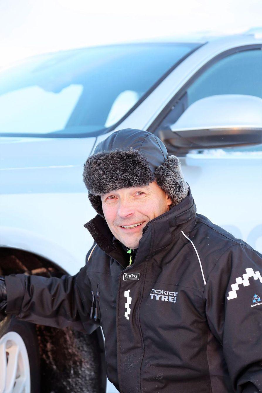 Matti Morrin mukaan Suomessa lämpötilat vaihtelevat niin paljon, ettei yhtä kaikkiin keleihin sopivaa autonrengasta ole mahdollista kehittää.