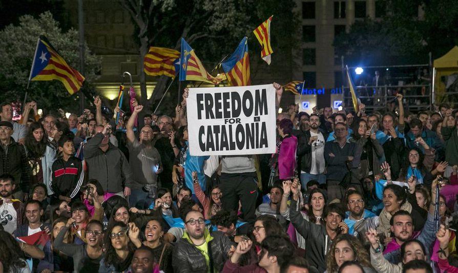 Katalonian itsenäisyyttä kannattavat juhlivat Barcelonassa. Poliisi yritti estää äänestämisen osin kovia voimakeinoja käyttäen viime sunnuntaina.
